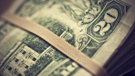На фото: Деньги